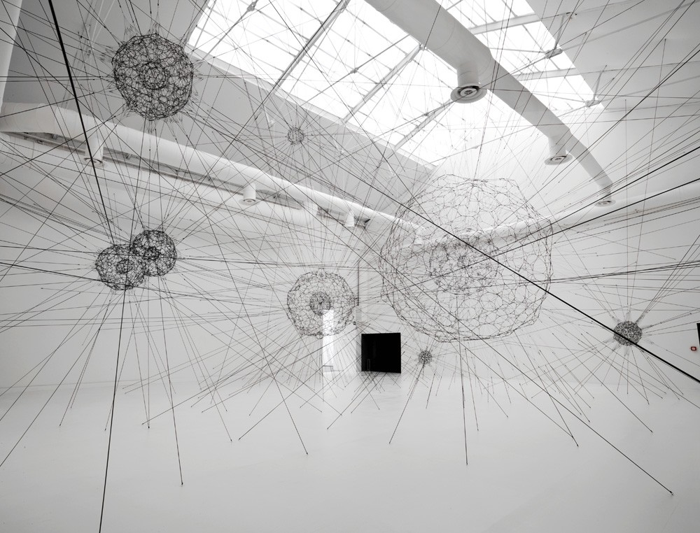 _1__tomas-saraceno_galaxies-forming-along-filaments-like-droplets-along-the-strands-of-a-spider_s-web_2009_venice-biennale_foto-courtesy-wolfgang-guenzel
